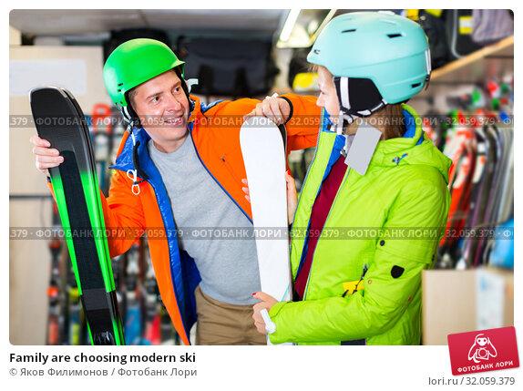 Family are choosing modern ski. Стоковое фото, фотограф Яков Филимонов / Фотобанк Лори