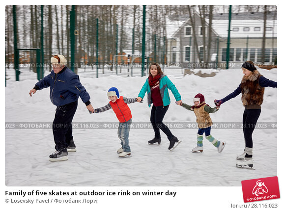 Купить «Family of five skates at outdoor ice rink on winter day», фото № 28116023, снято 4 февраля 2017 г. (c) Losevsky Pavel / Фотобанк Лори