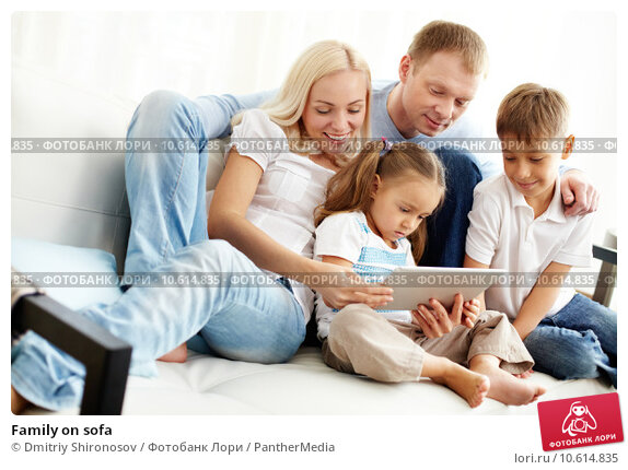 Family on sofa. Стоковое фото, фотограф Dmitriy Shironosov / PantherMedia / Фотобанк Лори