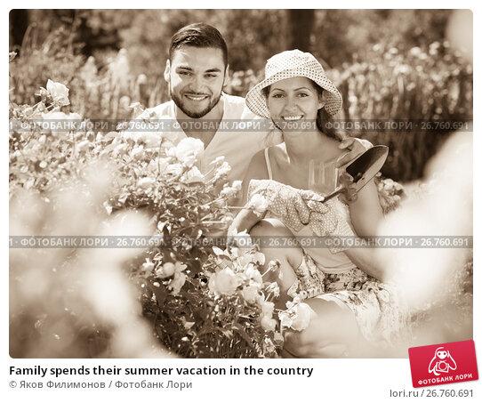 Купить «Family spends their summer vacation in the country», фото № 26760691, снято 24 мая 2018 г. (c) Яков Филимонов / Фотобанк Лори