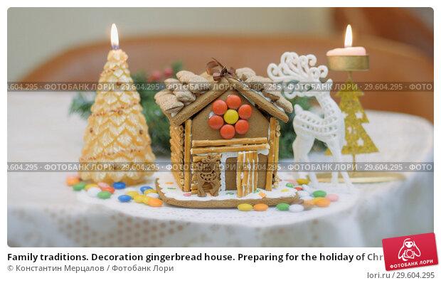 Купить «Family traditions. Decoration gingerbread house. Preparing for the holiday of Christmas», фото № 29604295, снято 23 апреля 2019 г. (c) Константин Мерцалов / Фотобанк Лори