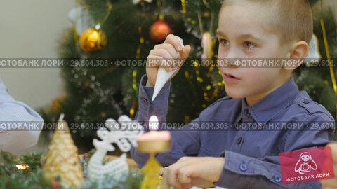 Купить «Family traditions. Decoration gingerbread house. Preparing for the holiday of Christmas», видеоролик № 29604303, снято 20 апреля 2019 г. (c) Константин Мерцалов / Фотобанк Лори