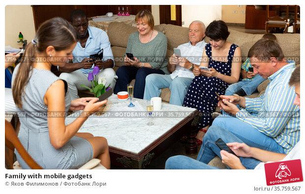 Family with mobile gadgets. Стоковое фото, фотограф Яков Филимонов / Фотобанк Лори