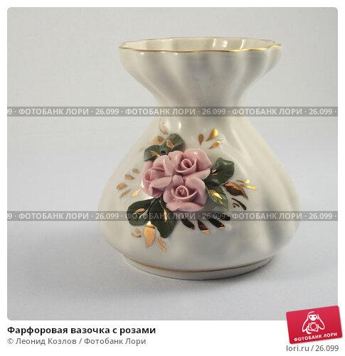 Фарфоровая вазочка с розами, фото № 26099, снято 25 июня 2017 г. (c) Леонид Козлов / Фотобанк Лори