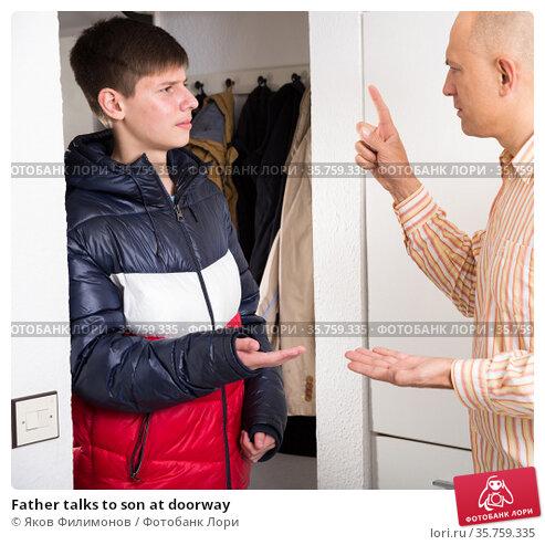 Father talks to son at doorway. Стоковое фото, фотограф Яков Филимонов / Фотобанк Лори