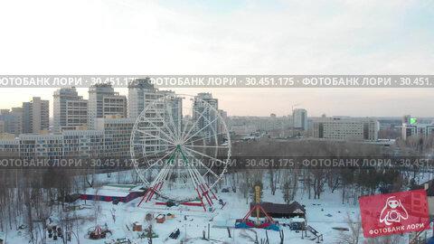 Ferris wheel in daylight in the city. Winter season. Редакционное видео, видеограф Константин Шишкин / Фотобанк Лори