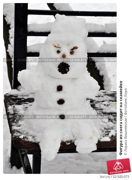 Купить «Фигура из снега сидит на скамейке», фото № 32920071, снято 11 января 2020 г. (c) Лариса Вишневская / Фотобанк Лори