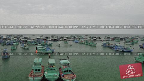 Купить «Fishing boats and fisherman houses on the water in Vietnam», видеоролик № 32391719, снято 4 ноября 2019 г. (c) Aleksejs Bergmanis / Фотобанк Лори