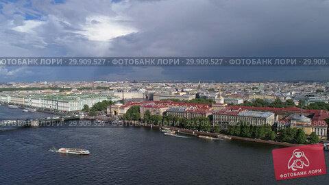 Flight over Neva River in St. Petersburg city (2018 год). Стоковое видео, видеограф Михаил Коханчиков / Фотобанк Лори