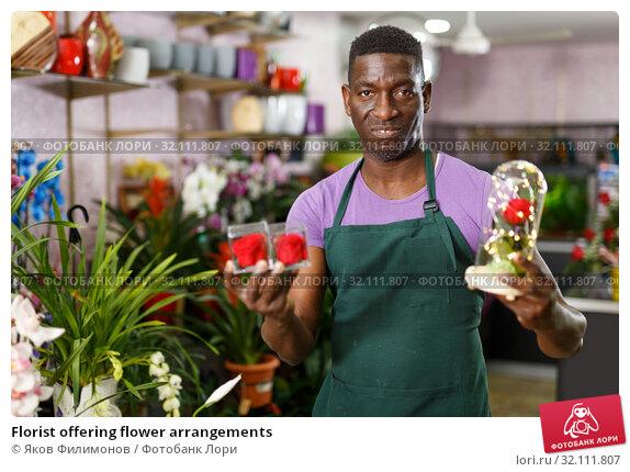 Купить «Florist offering flower arrangements», фото № 32111807, снято 14 февраля 2019 г. (c) Яков Филимонов / Фотобанк Лори