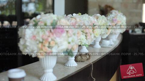 Flowers compositions on table, видеоролик № 25795075, снято 16 марта 2016 г. (c) Алексей Макаров / Фотобанк Лори