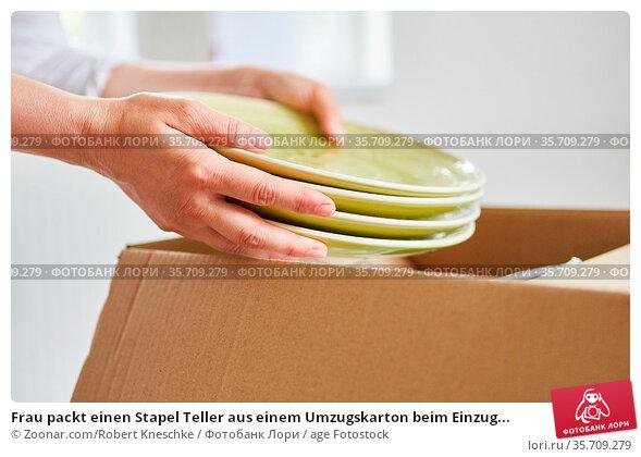 Frau packt einen Stapel Teller aus einem Umzugskarton beim Einzug... Стоковое фото, фотограф Zoonar.com/Robert Kneschke / age Fotostock / Фотобанк Лори