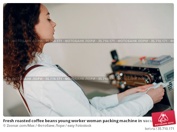 Fresh roasted coffee beans young worker woman packing machine in vacuum... Стоковое фото, фотограф Zoonar.com/Max / easy Fotostock / Фотобанк Лори