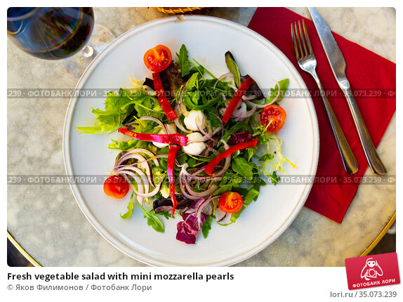 Fresh vegetable salad with mini mozzarella pearls. Стоковое фото, фотограф Яков Филимонов / Фотобанк Лори