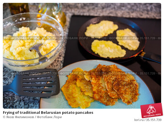 Frying of traditional Belarusian potato pancakes. Стоковое фото, фотограф Яков Филимонов / Фотобанк Лори