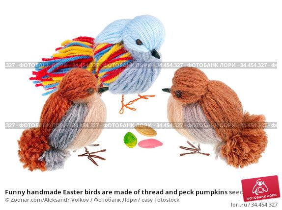 Funny handmade Easter birds are made of thread and peck pumpkins seeds... Стоковое фото, фотограф Zoonar.com/Aleksandr Volkov / easy Fotostock / Фотобанк Лори