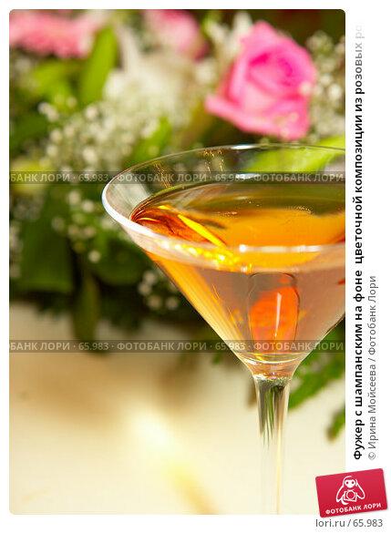 Фужер с шампанским на фоне  цветочной композиции из розовых роз, эксклюзивное фото № 65983, снято 21 июля 2007 г. (c) Ирина Мойсеева / Фотобанк Лори