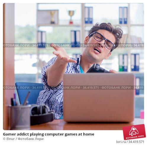 Gamer addict playing computer games at home. Стоковое фото, фотограф Elnur / Фотобанк Лори
