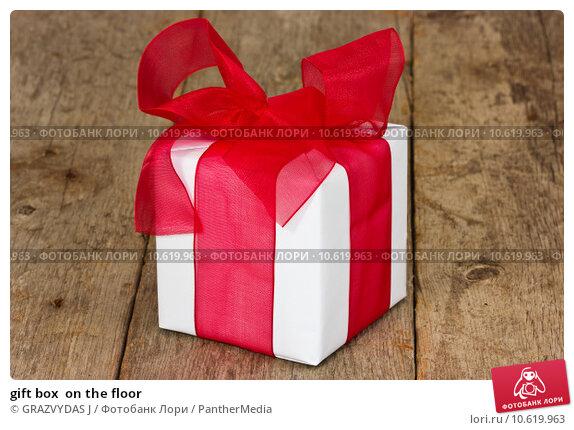 gift box  on the floor. Стоковое фото, фотограф GRAZVYDAS J / PantherMedia / Фотобанк Лори