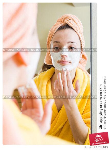 Купить «Girl applying cream on skin», фото № 7318843, снято 23 февраля 2019 г. (c) Яков Филимонов / Фотобанк Лори