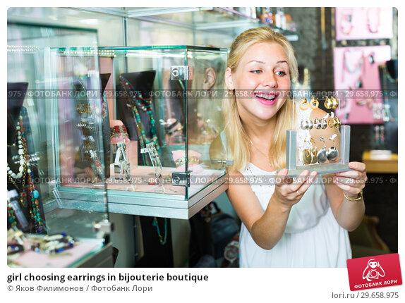 Купить «girl choosing earrings in bijouterie boutique», фото № 29658975, снято 26 марта 2019 г. (c) Яков Филимонов / Фотобанк Лори