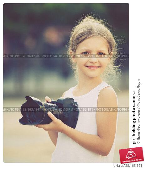 Купить «girl holding photo camera», фото № 28163191, снято 15 ноября 2018 г. (c) Яков Филимонов / Фотобанк Лори