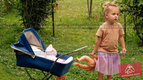 Girl playing with doll in park. Стоковое видео, видеограф Ekaterina Demidova / Фотобанк Лори