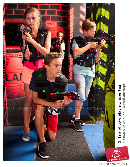 Girls and boys playing laser tag. Стоковое фото, фотограф Яков Филимонов / Фотобанк Лори