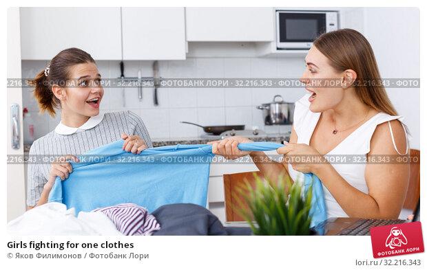 Купить «Girls fighting for one clothes», фото № 32216343, снято 2 августа 2018 г. (c) Яков Филимонов / Фотобанк Лори