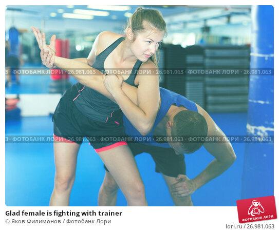 Glad female is fighting with trainer, фото № 26981063, снято 21 августа 2017 г. (c) Яков Филимонов / Фотобанк Лори