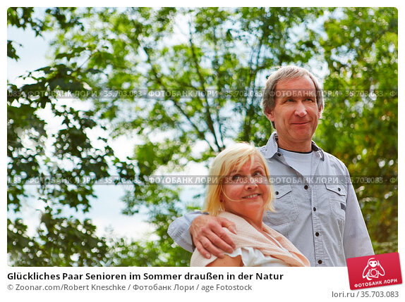 Glückliches Paar Senioren im Sommer draußen in der Natur. Стоковое фото, фотограф Zoonar.com/Robert Kneschke / age Fotostock / Фотобанк Лори