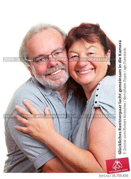 Glückliches Rentnerpaar lacht gemeinsam in die Kamera. Стоковое фото, фотограф Zoonar.com/Robert Kneschke / age Fotostock / Фотобанк Лори