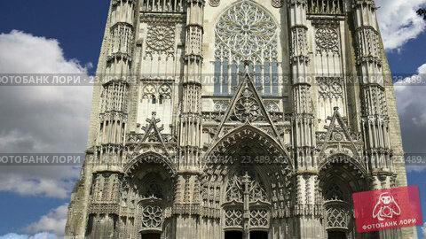 Купить «Готический собор Святого Гатьена. Франция», видеоролик № 23489283, снято 5 сентября 2016 г. (c) Владимир Журавлев / Фотобанк Лори