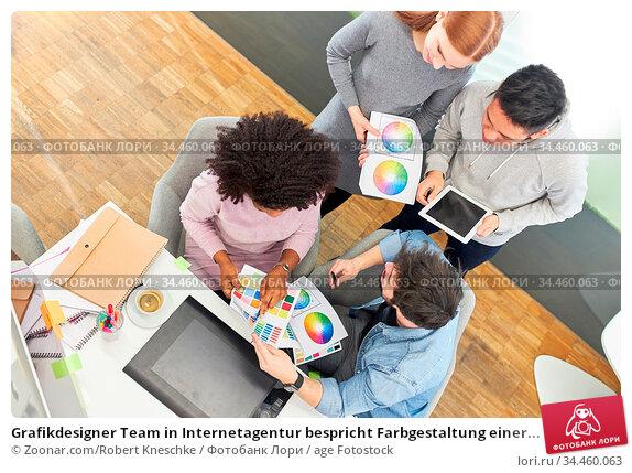 Grafikdesigner Team in Internetagentur bespricht Farbgestaltung einer... Стоковое фото, фотограф Zoonar.com/Robert Kneschke / age Fotostock / Фотобанк Лори