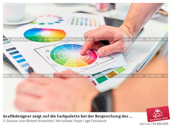 Grafikdesigner zeigt auf die Farbpalette bei der Besprechung des ... Стоковое фото, фотограф Zoonar.com/Robert Kneschke / age Fotostock / Фотобанк Лори