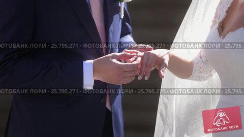 Купить «Groom wearing wedding ring on bride's hand», видеоролик № 25795271, снято 16 марта 2016 г. (c) Алексей Макаров / Фотобанк Лори