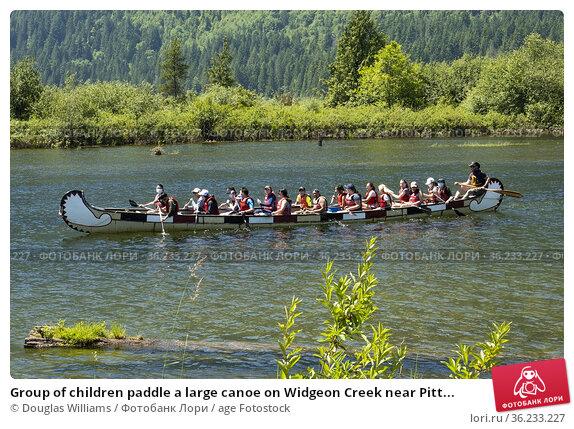 Group of children paddle a large canoe on Widgeon Creek near Pitt... Редакционное фото, фотограф Douglas Williams / age Fotostock / Фотобанк Лори