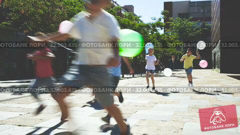 Купить «Group of happy kids running in race in the street and laughing outdoors», видеоролик № 32003435, снято 7 июня 2019 г. (c) Яков Филимонов / Фотобанк Лори