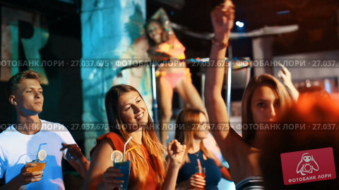 Купить «Group of smiling people clubbing in the night club with drinks», видеоролик № 27037675, снято 7 сентября 2017 г. (c) Яков Филимонов / Фотобанк Лори