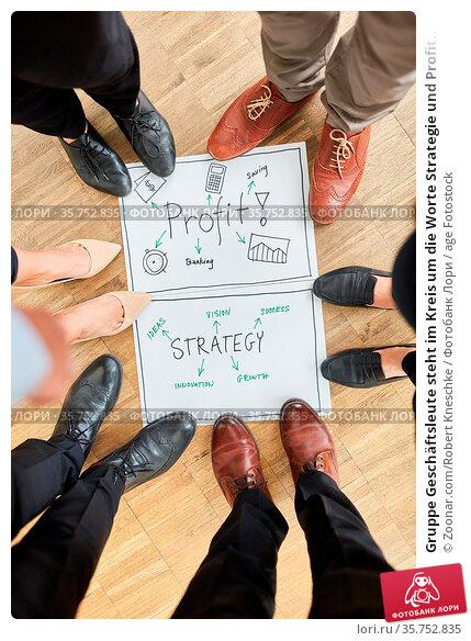 Gruppe Geschäftsleute steht im Kreis um die Worte Strategie und Profit... Стоковое фото, фотограф Zoonar.com/Robert Kneschke / age Fotostock / Фотобанк Лори