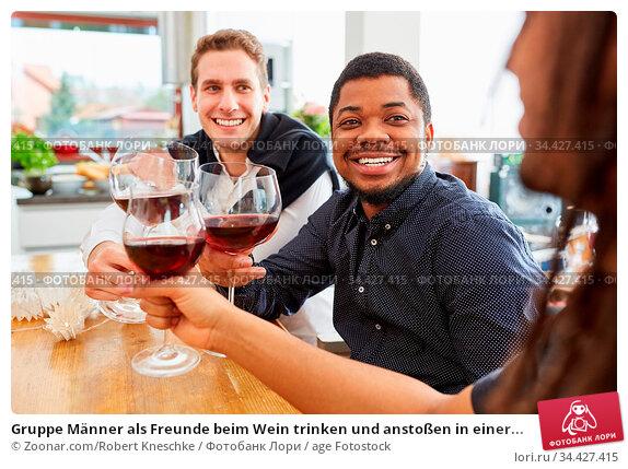 Gruppe Männer als Freunde beim Wein trinken und anstoßen in einer... Стоковое фото, фотограф Zoonar.com/Robert Kneschke / age Fotostock / Фотобанк Лори