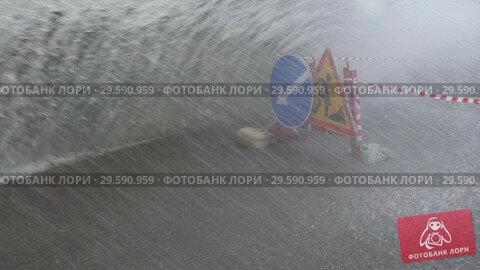Купить «Грузовик едет по луже после дождя», видеоролик № 29590959, снято 12 мая 2018 г. (c) А. А. Пирагис / Фотобанк Лори