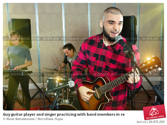 Купить «Guy guitar player and singer practicing with band members in re», фото № 29475259, снято 26 октября 2018 г. (c) Яков Филимонов / Фотобанк Лори
