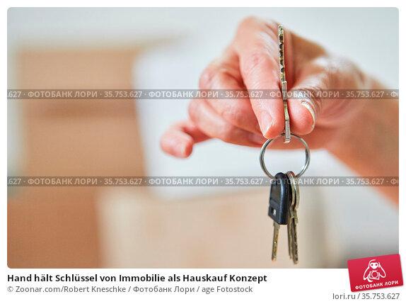 Hand hält Schlüssel von Immobilie als Hauskauf Konzept. Стоковое фото, фотограф Zoonar.com/Robert Kneschke / age Fotostock / Фотобанк Лори