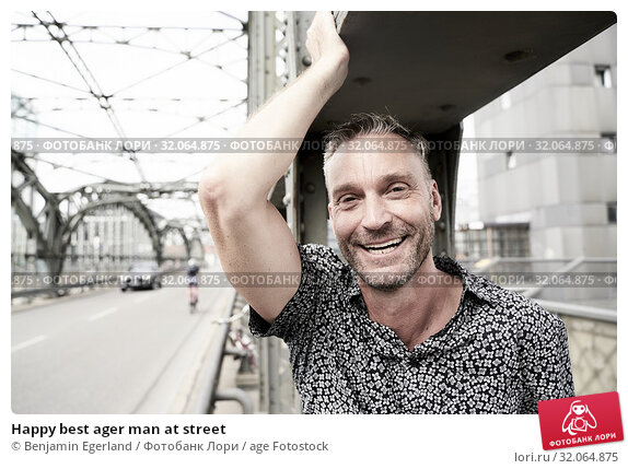 Happy best ager man at street. Стоковое фото, фотограф Benjamin Egerland / age Fotostock / Фотобанк Лори