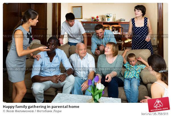 Happy family gathering in parental home. Стоковое фото, фотограф Яков Филимонов / Фотобанк Лори