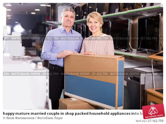Купить «happy mature married couple in shop packed household appliances into boxes», фото № 27162759, снято 17 мая 2019 г. (c) Яков Филимонов / Фотобанк Лори