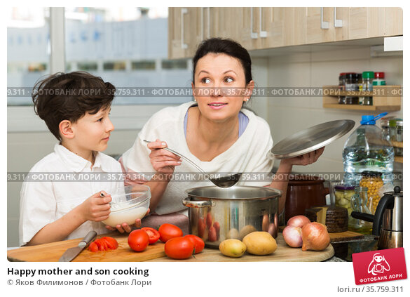Happy mother and son cooking. Стоковое фото, фотограф Яков Филимонов / Фотобанк Лори