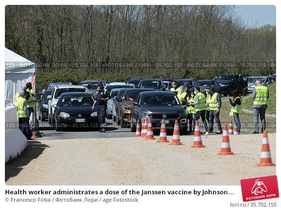 Health worker administrates a dose of the Janssen vaccine by Johnson... Редакционное фото, фотограф Francesco Fotia / age Fotostock / Фотобанк Лори