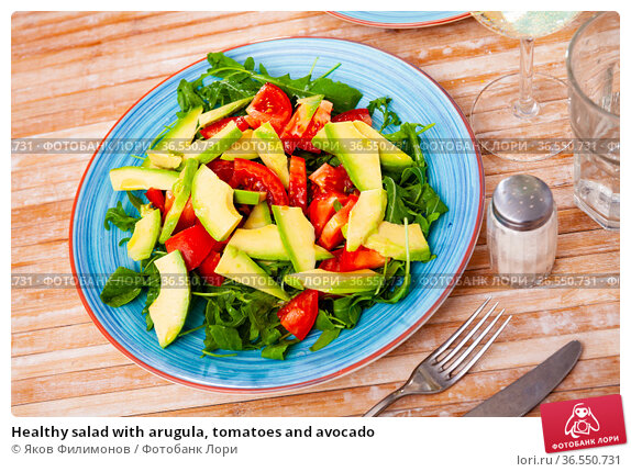 Healthy salad with arugula, tomatoes and avocado. Стоковое фото, фотограф Яков Филимонов / Фотобанк Лори